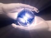 14790493-boule-de-clairvoyance-dans-les-mains