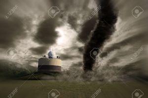 14975079-Tornado-ouragan-d-truit-une-station-M-t-o-Banque-d'images-1