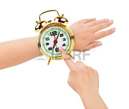 10077974-mains-et-reveil-comme-une-montre-isole-sur-fond-blanc.jpg