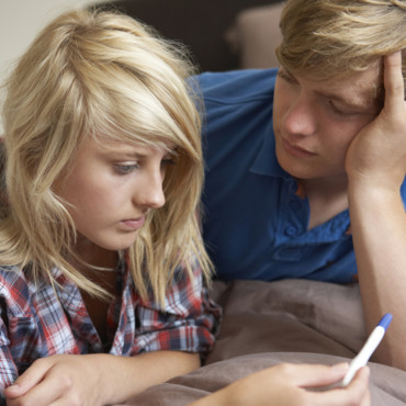 couple-d-adolescent-avec-test-de-grossesse-11049313ntkwg_2041.jpg