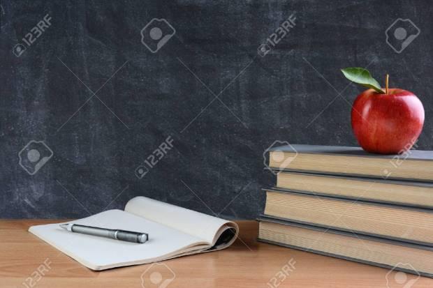 42689981-gros-plan-d-un-bureau-des-enseignants-avec-des-livres-du-papier-et-un-stylo-et-une-pomme-rouge-de.jpg